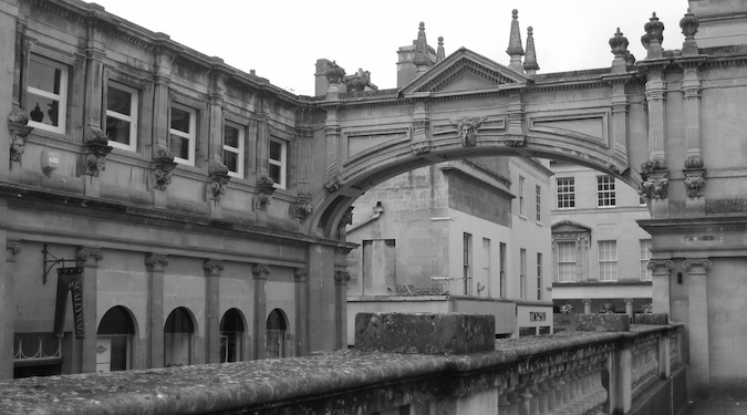 Black and white photo of the Bath Bridge in England