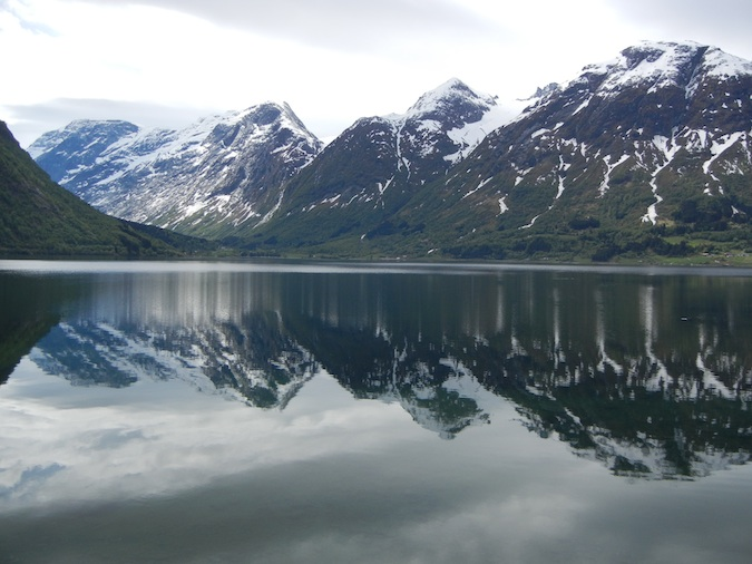 Photo of the reflection of the snowy mountains by Stryn