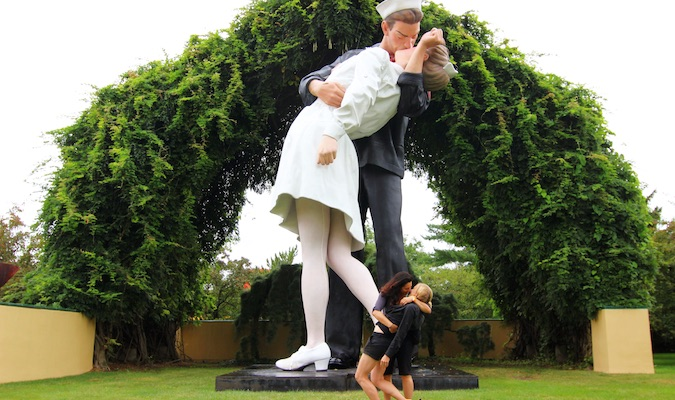 replicating famous kissing statue