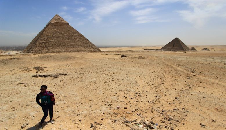 traveler in egypt by the pyramids