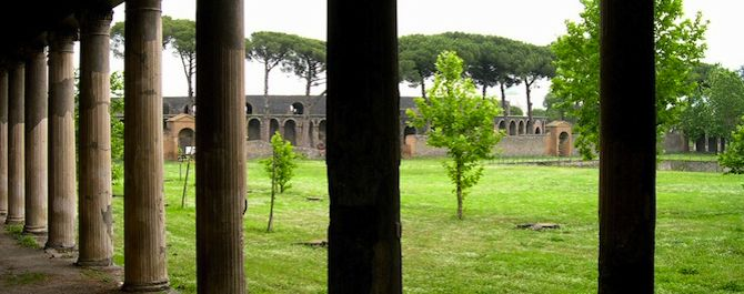 The columns of the Pompeii Palace