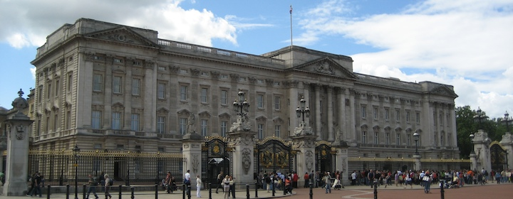 Going to see Buckingham Palace, the symbol of the British people while traveling in England