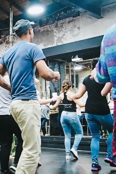 A salsa class in Medellín. People learning to dance salsa