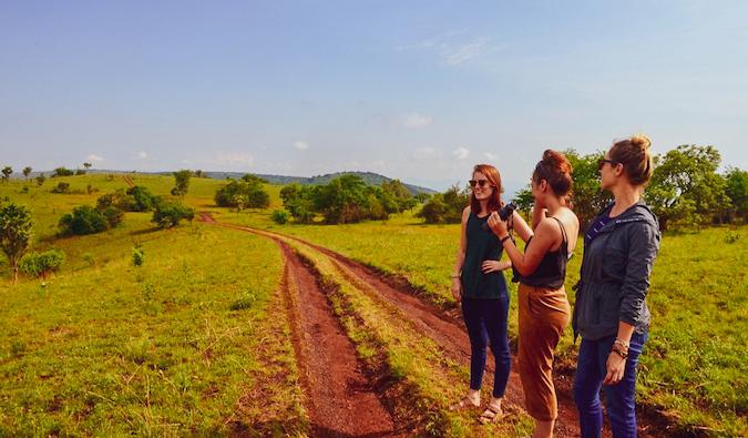 Trois femmes sur la route à Akagera, au Rwanda