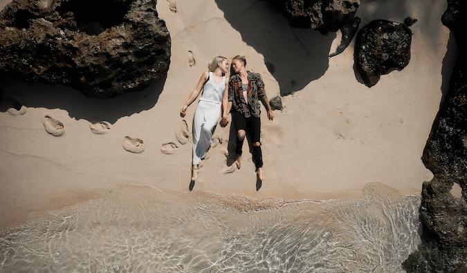 Charlotte et Natalie sur une plage de Bali