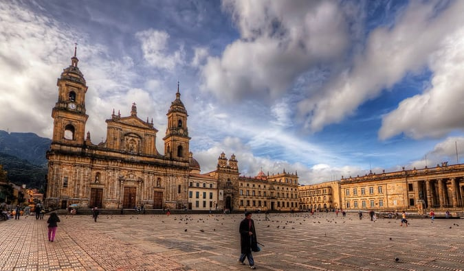 https://es.m.wikipedia.org/wiki/Archivo:Plaza_de_Bolivar,_Bogota,_Colombia_(5770632336).jpg