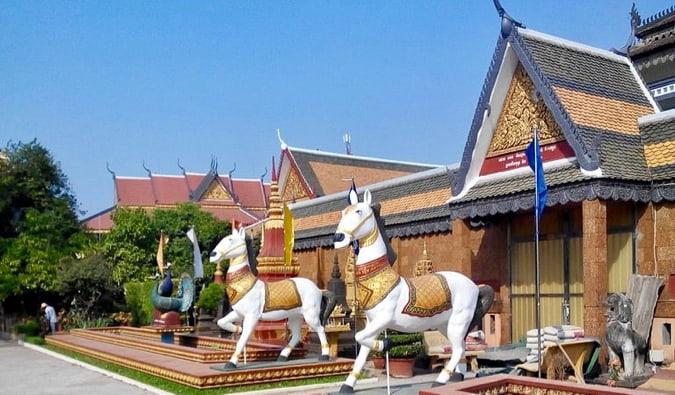 https://commons.wikimedia.org/wiki/File:Wat_preah_prom_rath_Horses2.jpg