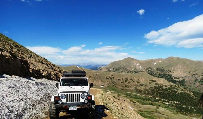 Ein Jeep über die Berge in Mittelamerika