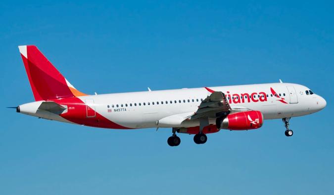 ein Avianca Flug gegen einen blauen Himmel in Mittelamerika Ausziehen