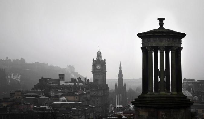 Une photo en noir et blanc de l'architecture historique d'Edimbourg.
