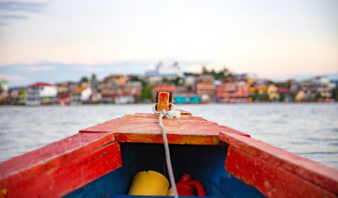 Eine Nahaufnahme Schuss von einem kleinen Holzboot ont er Wasser in Mittelamerika