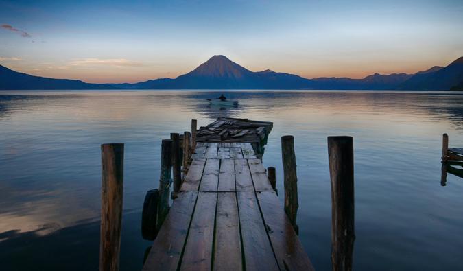 Ein leeres Dock mit einem Vulkan zum Wasser heraus im Hintergrund in Mittelamerika