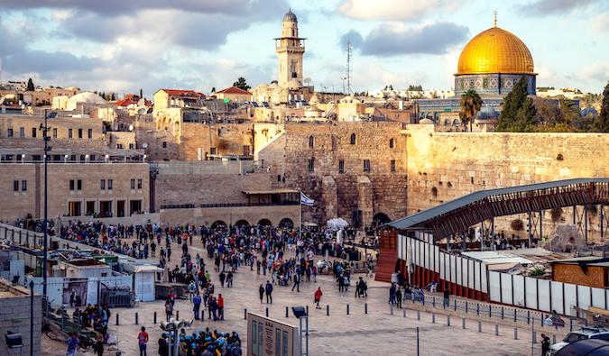 les gens face au mur des lamentations en Israël