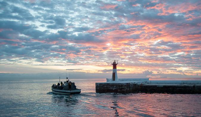 Un bateau de pêche à Kalk Bay au coucher du soleil, Afrique du Sud