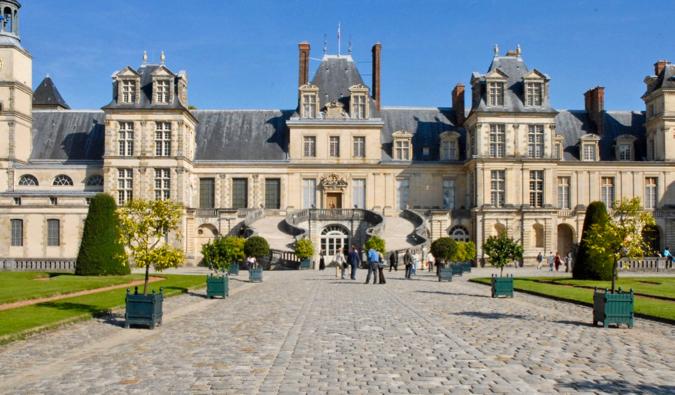 https://commons.wikimedia.org/wiki/File:La_cour_du_cheval_blanc_(Ch%C3%A2teau_de_Fontainebleau).jpg