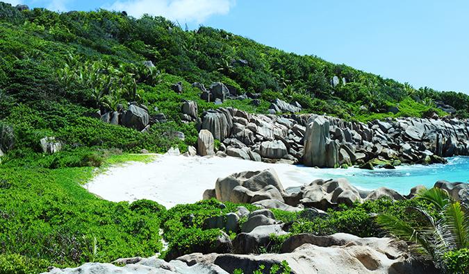 ein kleiner unberührter Strand auf den Seychellen