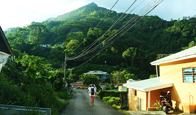 Menschen zu Fuß auf den Seychellen die Straße hinunter