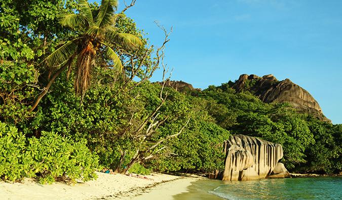 eine tropische Strandszene auf den Seychellen