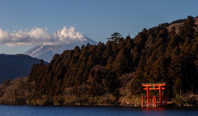 La vue du mont Fuji de Hakone, avec une porte en torii au premier plan