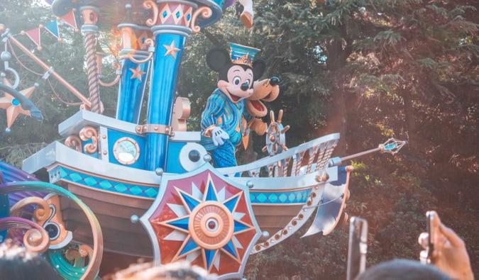Mickey Mouse sur un sol dans un défilé à Disneyland à Tokyo, Japon