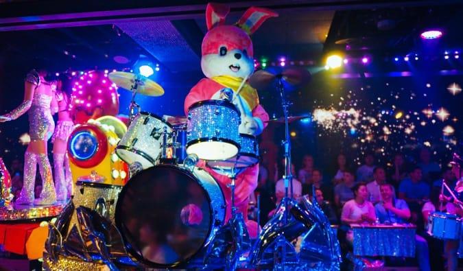 Un musicien déguisé en lapin jouant de la batterie au Robot Restaurant à Tokyo au Japon