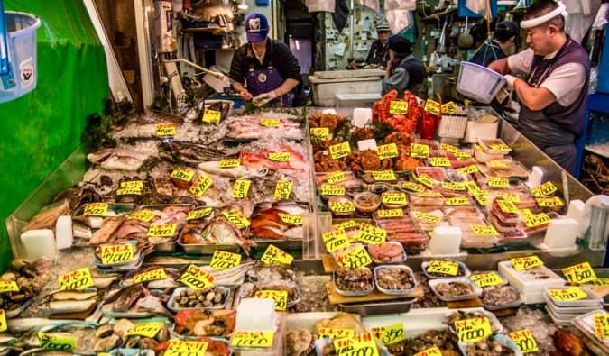 Quelques unes des nombreuses offres fraîches du marché aux poissons de Tokyo au Japon