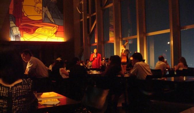 L'intérieur léger et élégant du bar New York à Tokyo, au Japon