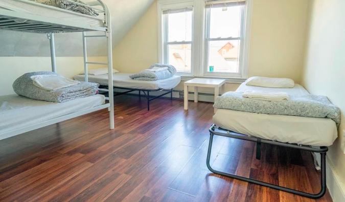 Lits superposés et lits simples dans une chambre à Homestel à Boston