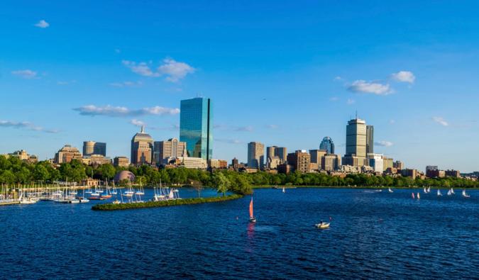 L'horizon de Boston vu de la rivière par une belle journée d'été