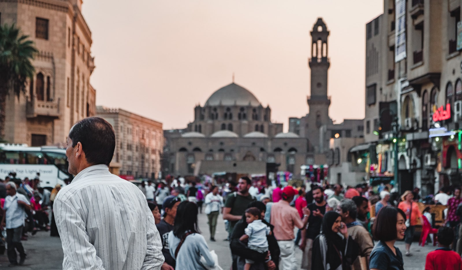 Les rues animées du Caire, en Égypte, pleines de locaux.