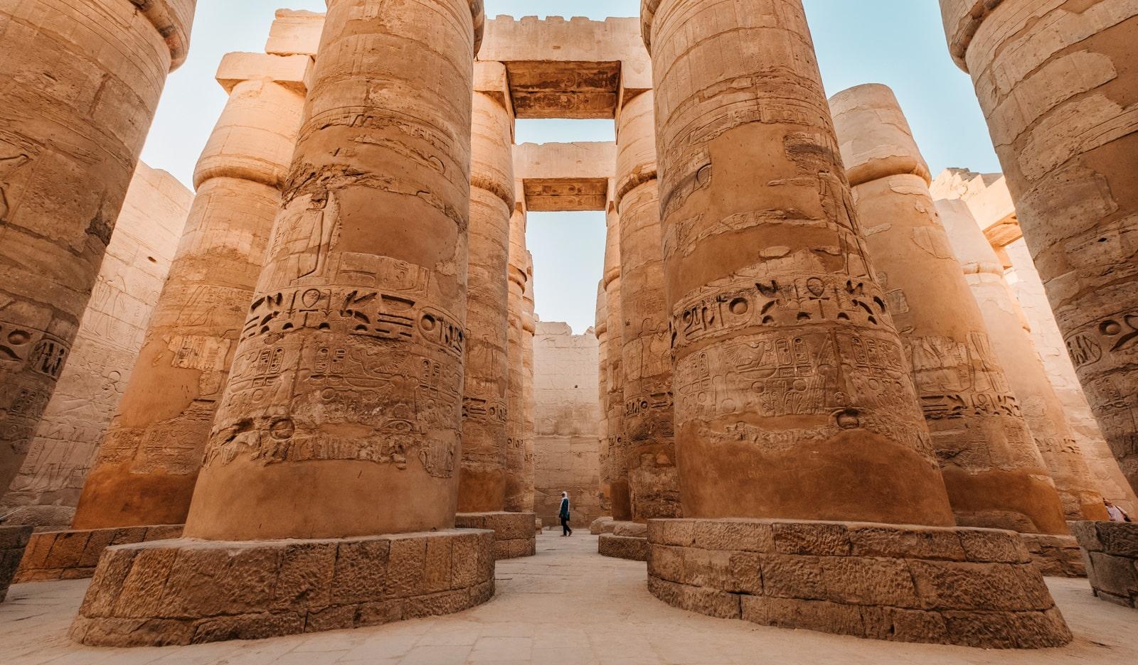 Mısır piramitleri yakınındaki büyük sütunlar