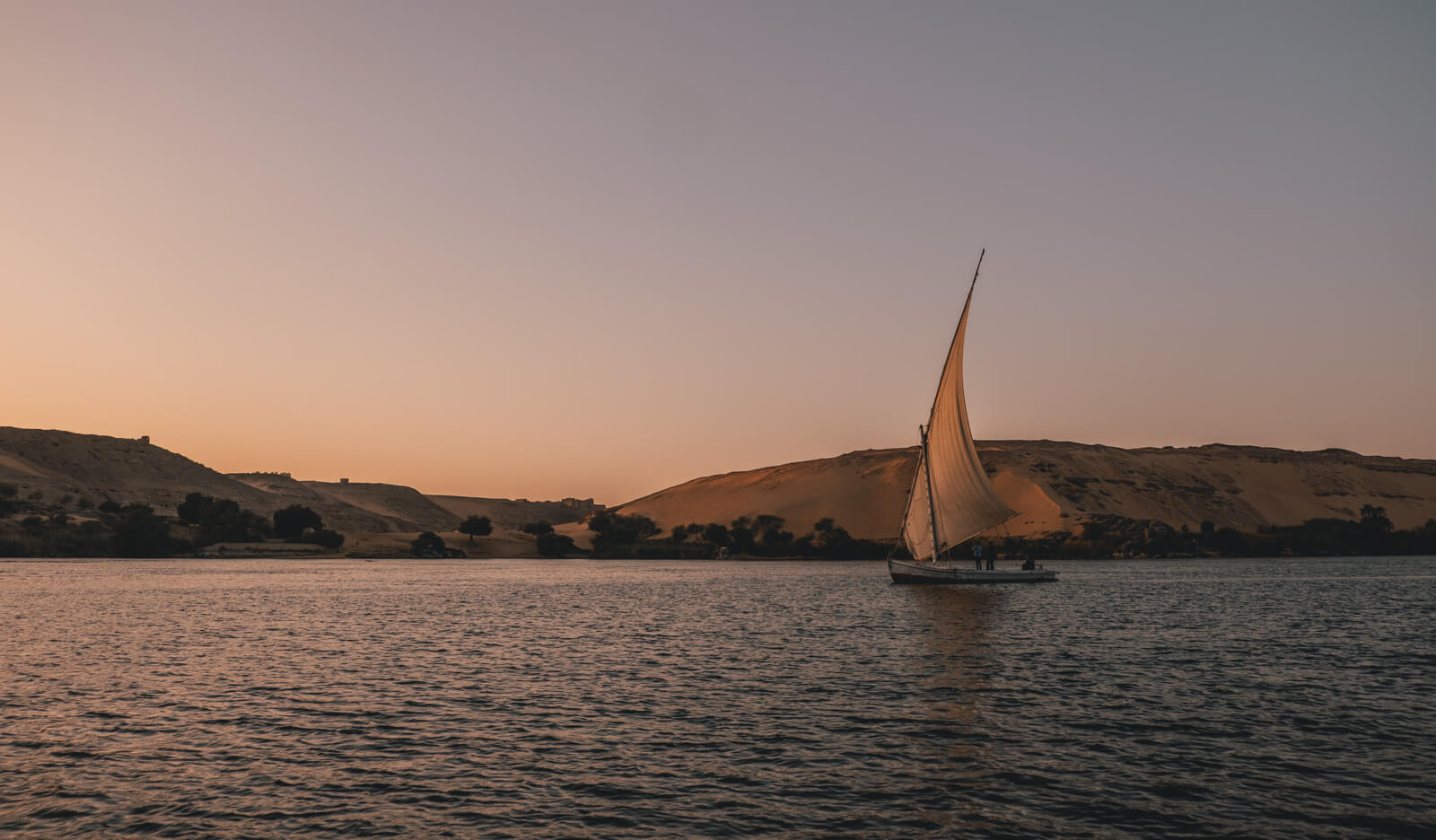 Mısır'da Nil üzerinde küçük bir yerel yelkenli