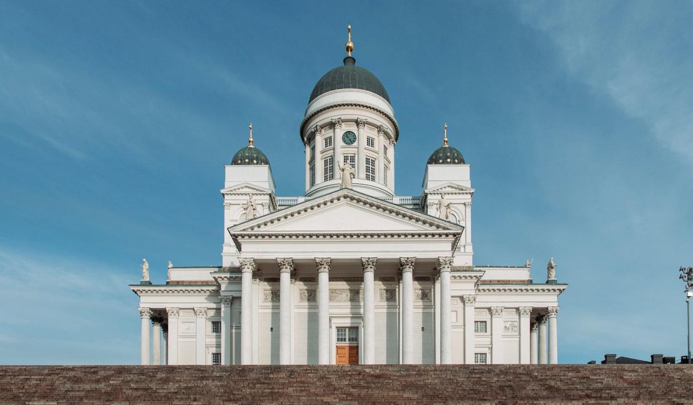 Знаменитый Хельсинкский собор возвышается над городом в Хельсинки, Финляндия достопримечательности Хельсинки 18 лучших достопримечательностей Хельсинки thingshelsinki3