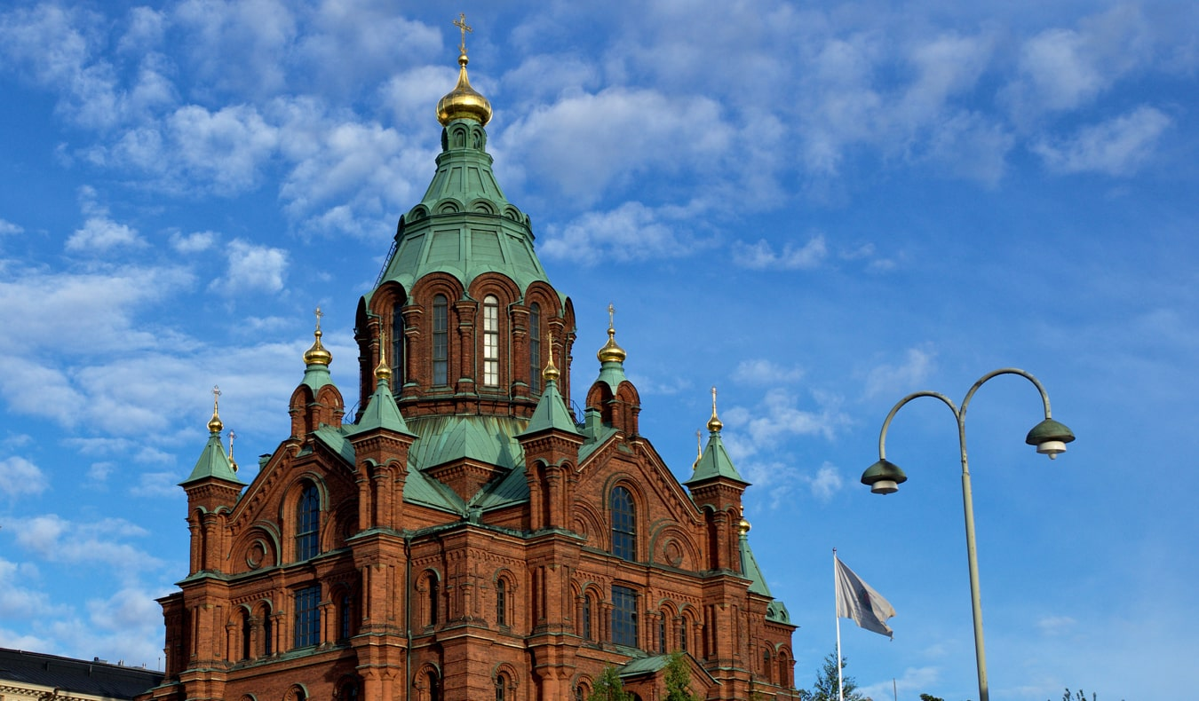 Возвышающаяся Успенская церковь в летний день в Хельсинки, Финляндия достопримечательности Хельсинки 18 лучших достопримечательностей Хельсинки thingshelsinki4