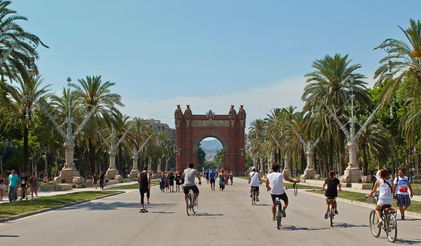 Un large chemin plein de locaux profitant de l'été à Barcelone