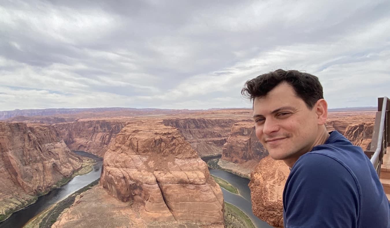 Nomadic Matt looking at Horseshoe Bend in the USA