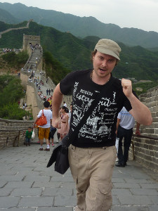 Benny Lewis from fluent in three months walking along the Great Wall of China