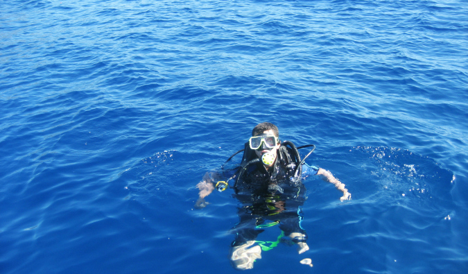Nomadic Matt in the watrs of Fiji getting ready to Scuba