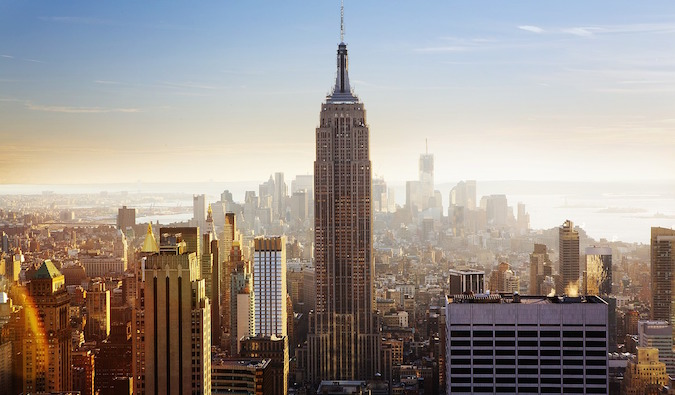 Empire State Building e skyline di New York all'alba