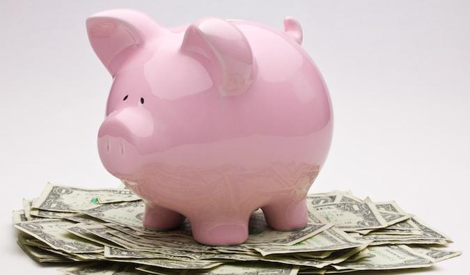 economizando dinheiro para viajar em seu cofrinho