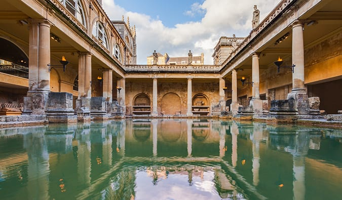 Roman bath in Bath on a sunny summer day/photo by Diego Delso (flickr: @diego_delso)