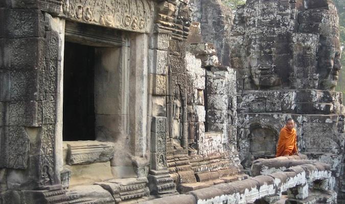 un moine à Angkor Wat au Cambodge