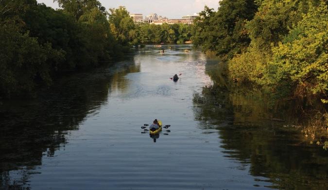 Aventurero en kayak por el río en Austin