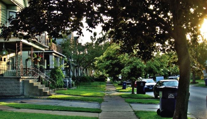 Hogar y autos en un barrio suburbano.