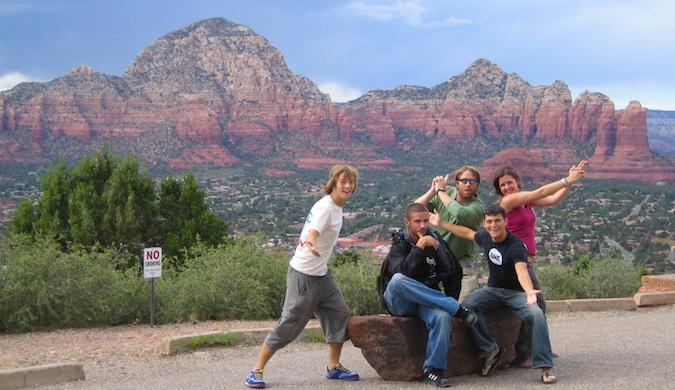 Grupo de amigos que viajan posando en Australia